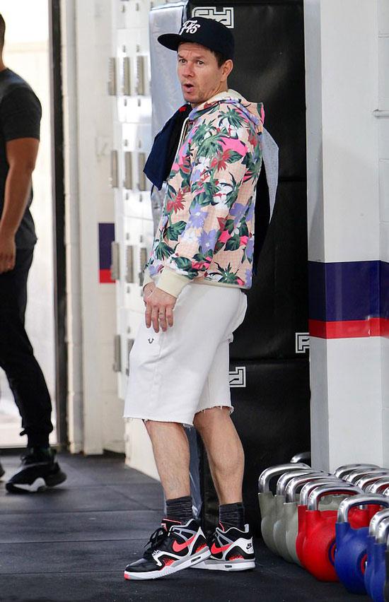 Марк Уолберг в цветочном свитшоте и белых шортах