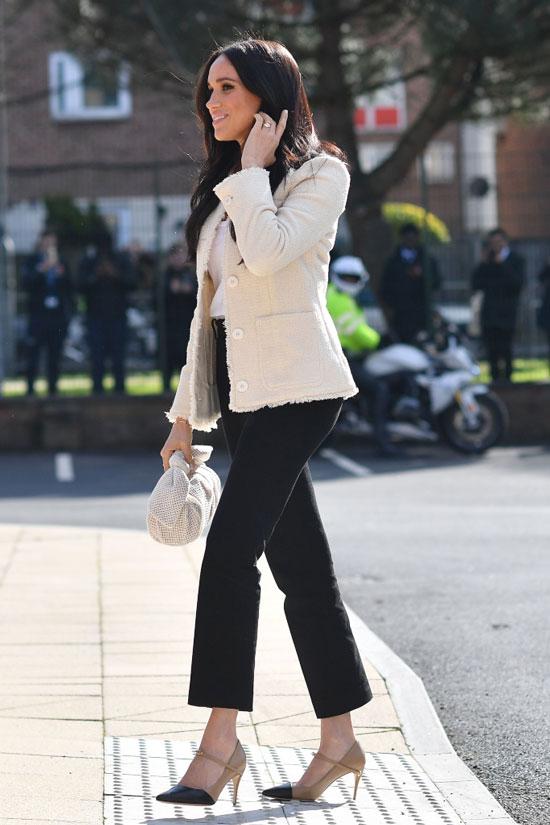 Меган Маркл в светлом жакете и черных укороченных брюках