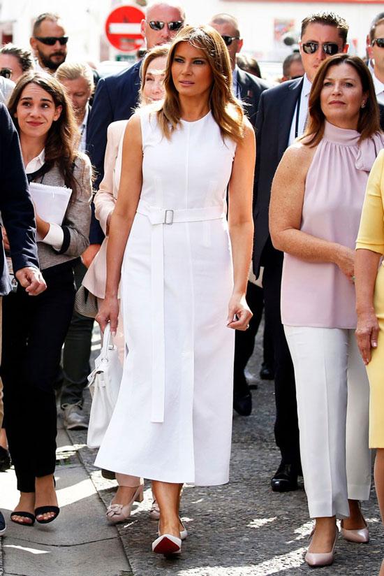 Мелания Трамп в белом летнем платье без рукавов и лодочках