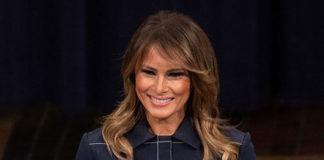 Мелания Трамп в женственном джинсовом платье-миди и классических черных лодочках