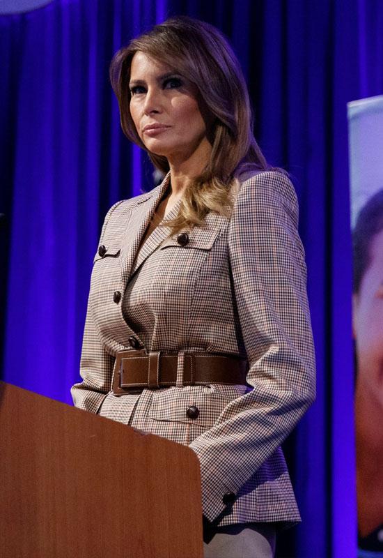 Мелания Трамп в клетчатом пиджаке с карманами и коричневым ремнем
