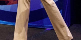 Мелания Трамп в расклешенных брюках цвета хаки и бордовых лодочках
