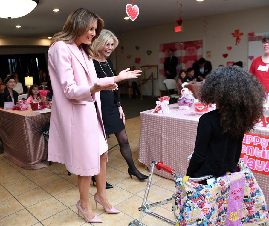 Мелания Трамп в розовых туфлях, платье и пальто