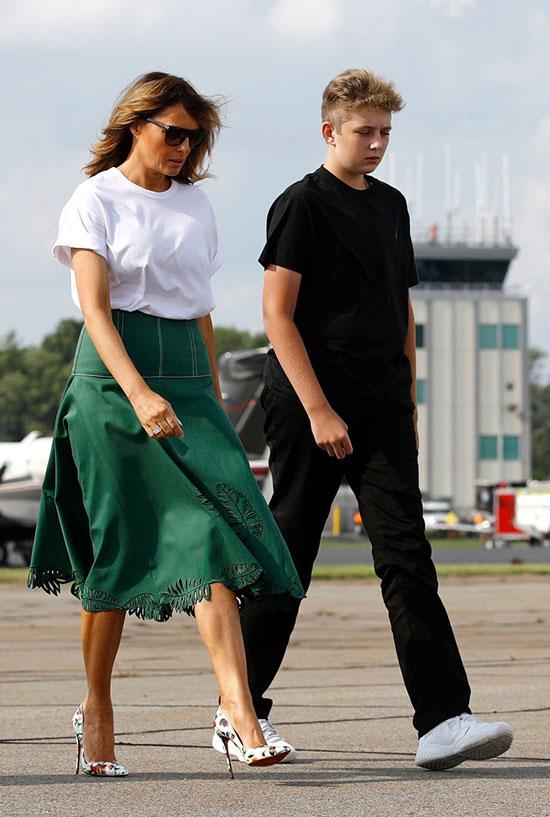 Мелания Трамп в зеленой юбке, белой футболке и лодочках