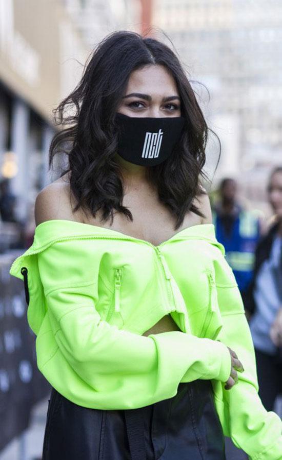 Медицинские маски на показе мод