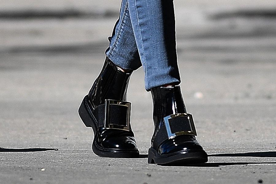 Оливия палермо в черных ботинках с пряжкой от Roger Vivier