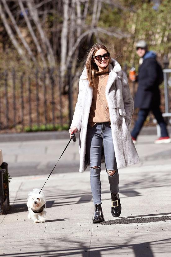 Оливия палермо в свитере, черных ботинках, серых джинсах и шубе