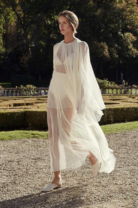 Девушка в белом прозрачном платье
