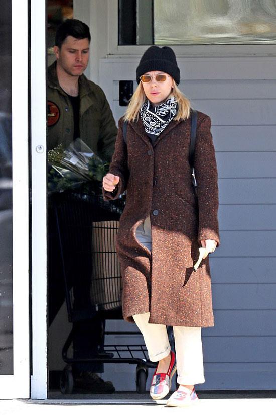 Скарлетт Йоханссон в коричневом пальто, лоферах и свободных брюках