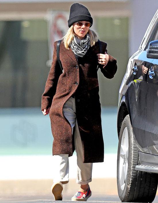 Скарлетт Йоханссон в коричневом пальто, черной шапке и шарфе