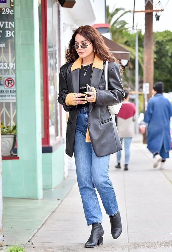 Ванесса Хадженс в кожаном пиджаке и джинсах