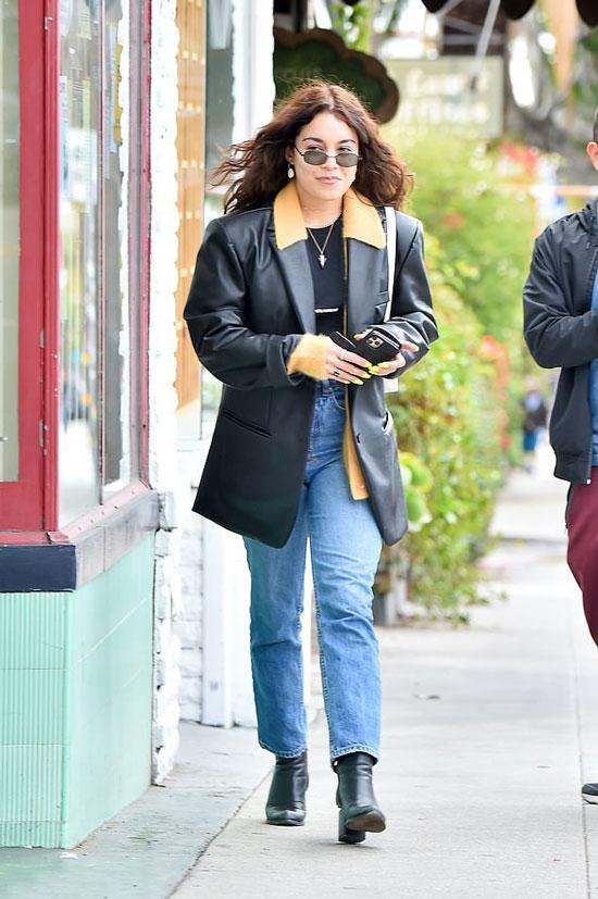 Ванесса Хадженс в пиджаке из кожи, джинсах и ботильонах