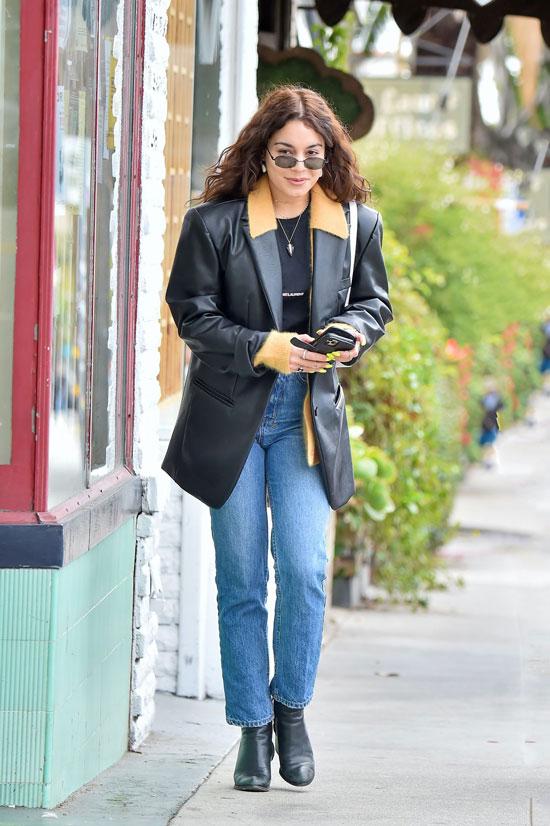 Ванесса Хадженс в кожаном пиджаке, джинсах и с белой сумкой