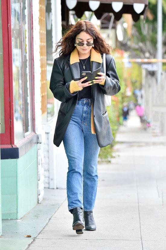 Ванесса Хадженс в кожаном пиджаке, прямых джинсах и солнцезащитных очках