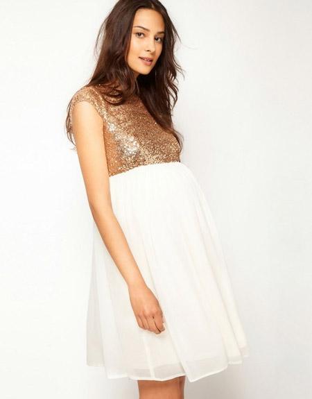 Беременная девушка в бело-золотом коротком платье