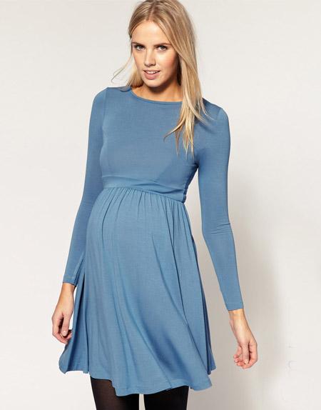 Девушка в серо-голубом платье для беременных