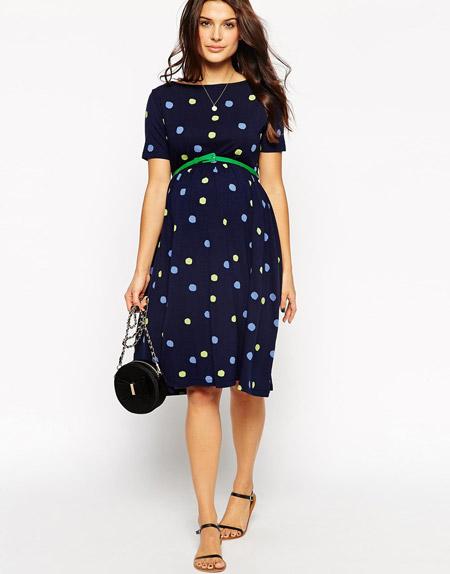 Девушка в синем в горошек платье для беременных