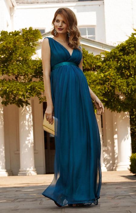 Девушка в платье для беременных в пол и без рукавов