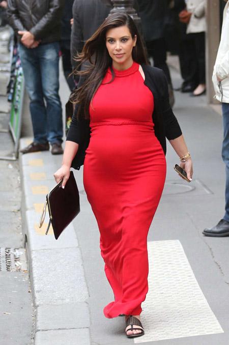 Ким Кардашьян в длинном, красном платье для беременных