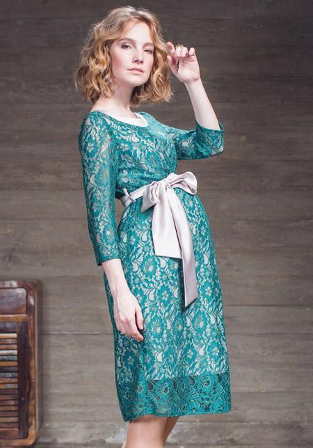 Девушка в кружевном платье для беременных с поясом