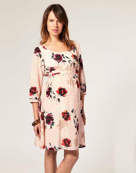 Девушка в платье для беременных с высокой талией и цветочным принтом