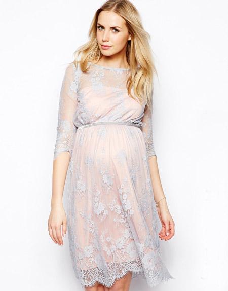 Девушка в ажурном, коротком платье для беременных