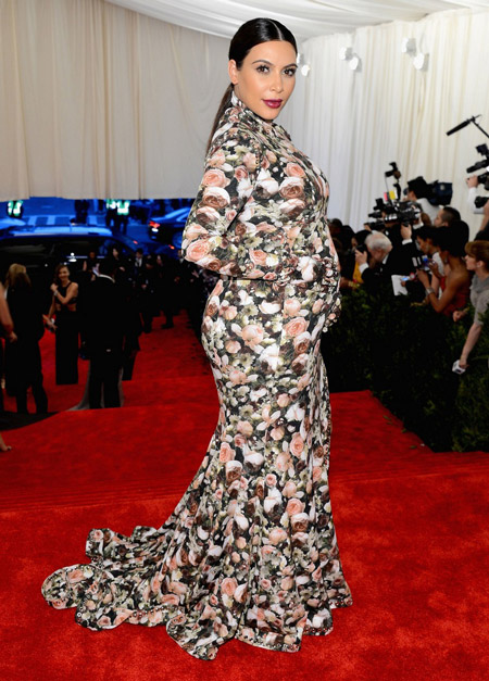 Ким Кардашьян в цветочном платье для беременных в пол