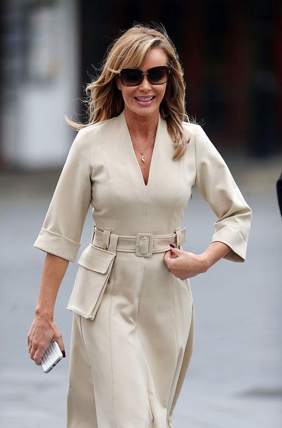 Аманда Холден в современном бежевом платье миди с большим карманом