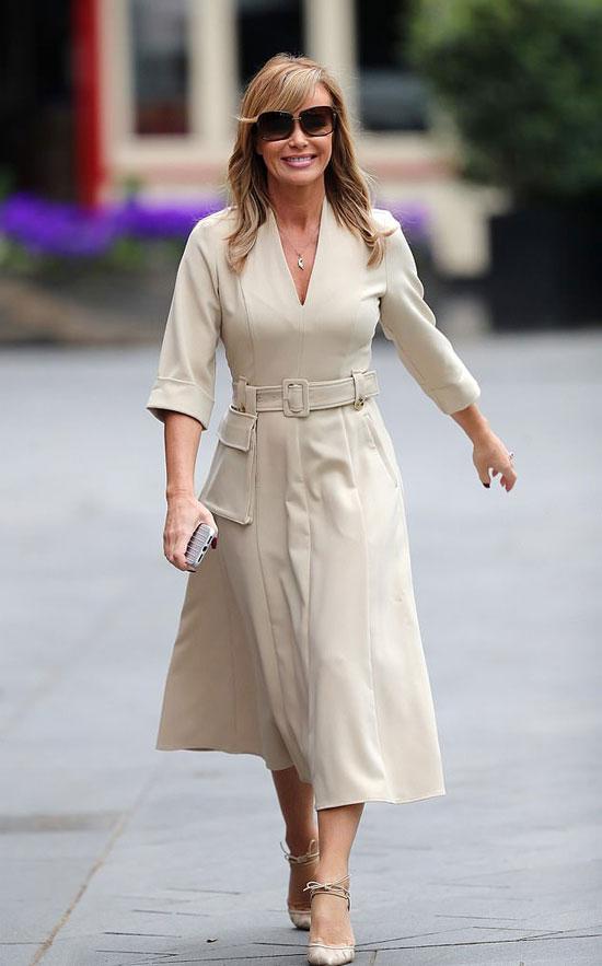 Аманда Холден в современном платье миди и туфлях