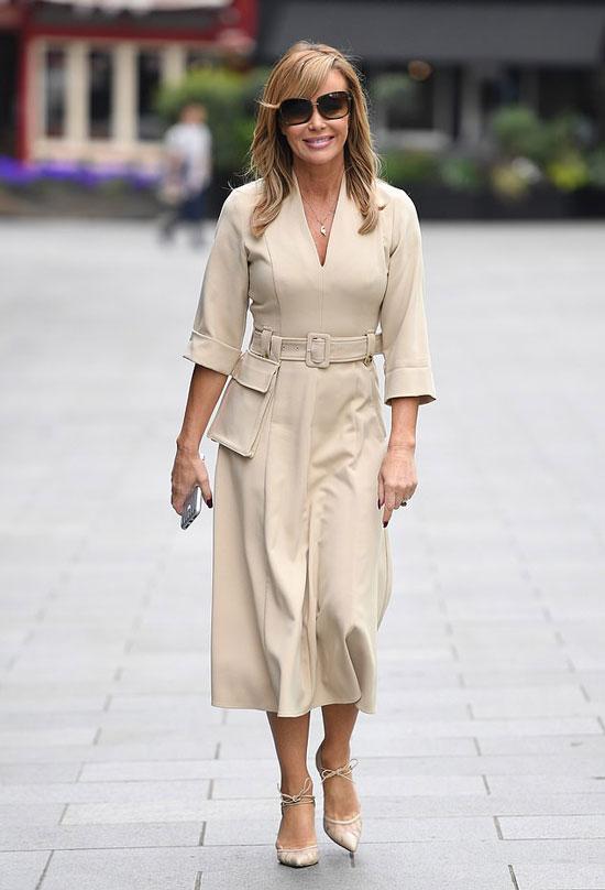 Аманда Холден в современном платье миди, туфлях и очках