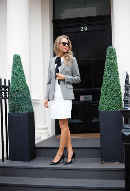 Девушка в белом офисном платье футляр