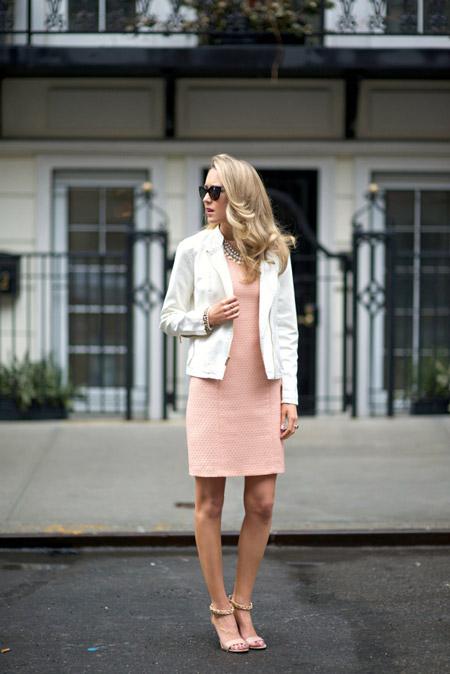 Девушка в розовом платье футляр и белом жакете