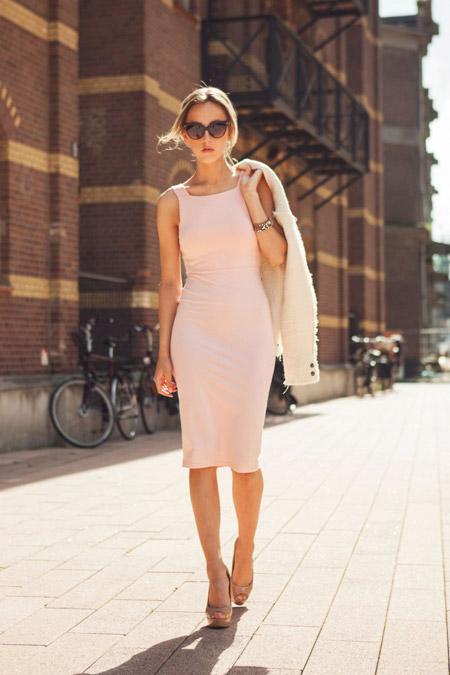 Розовое летнее платье футляр