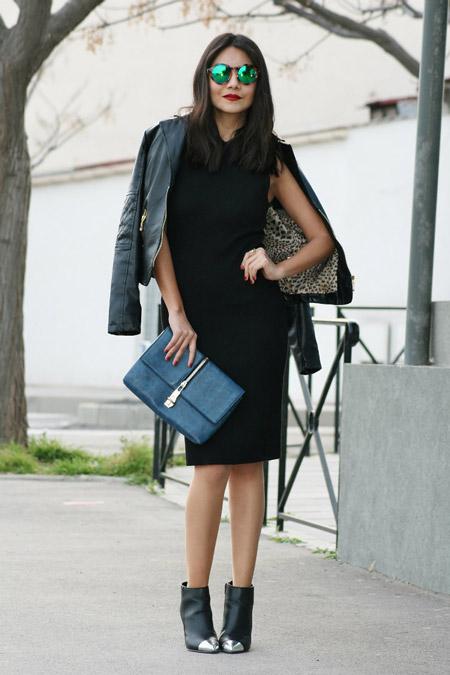 Девушка в черном платье футляр и ботильонах