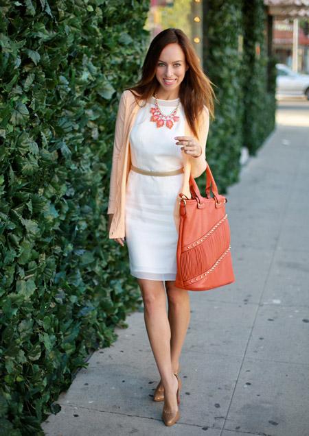 Девушка в белом платье футляр и розовом жакете
