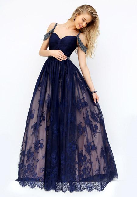 Девушка в темно-синем платье