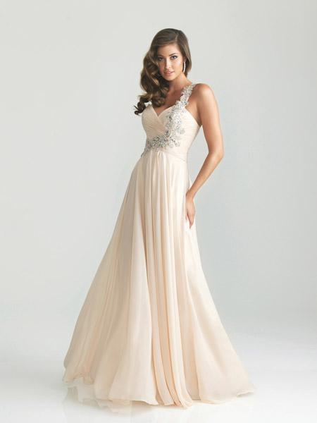 Девушка в платье с декорированной лямкой