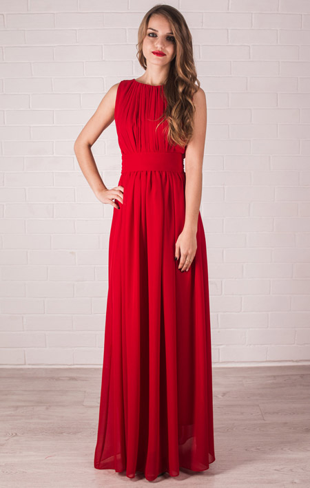 Девушка в красивом выпускном платье красного цвета