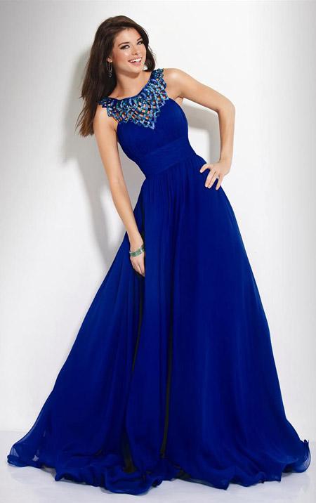 Девушка в платье насыщенного синего цвета