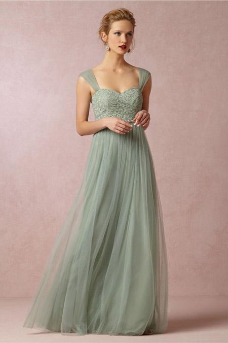 Девушка в красиво выпускном платье из шифона