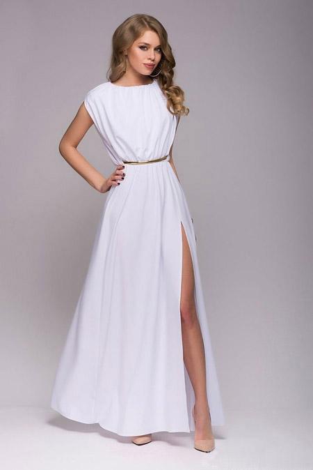 Девушка в белом платье с разрезом