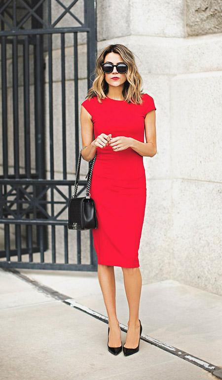 Девушка в красном платье футляр без рукавов