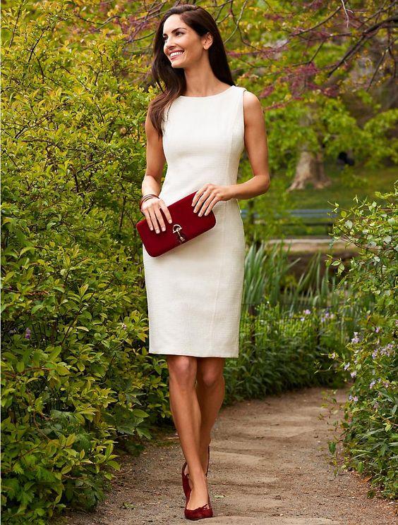 Девушка в белом летнем платье футляр без рукавов
