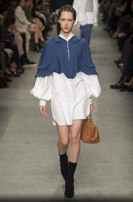 Модель в платье с объемными рукавами