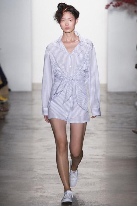 Девушка в платье рубашке с поясом
