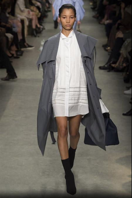 Модель в коротком платье-рубашке