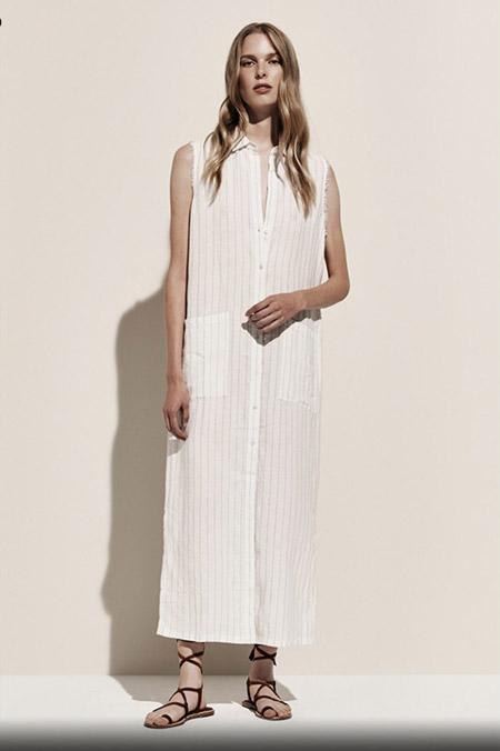 Модель в белом длинном платье рубашке