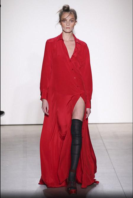 Модель в красном платье рубашке макси