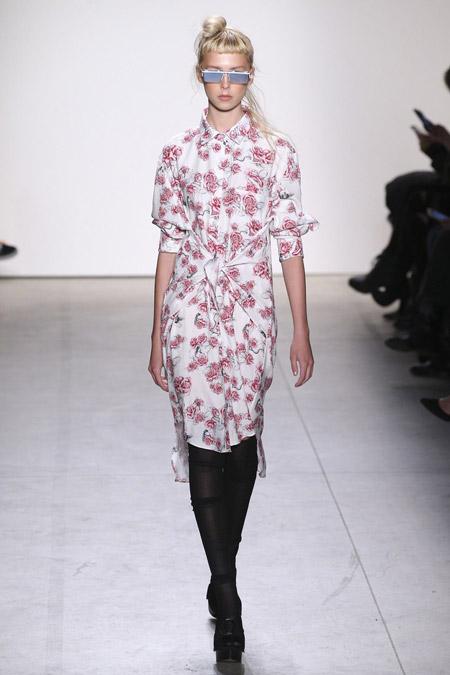 Девушка в платье рубашке с цветочным принтом
