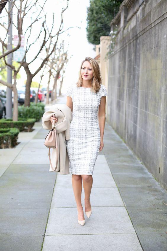 Девушка в белом клетчатом платье футляр